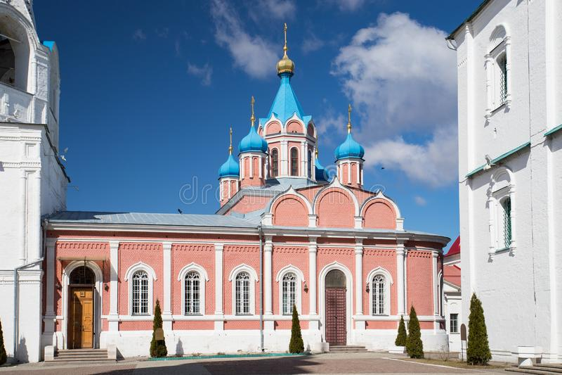 Kolomna, Rússia Igreja de Theotokos de Tikhvin na catedral Squ fotos de stock royalty free