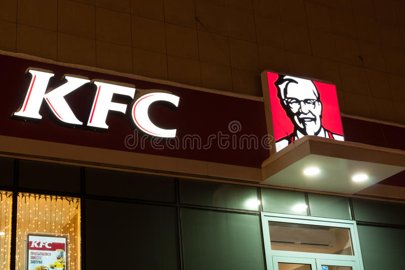 Kolomna, Rússia Logo Of Fast Food Restaurant KFC imagem de stock royalty free