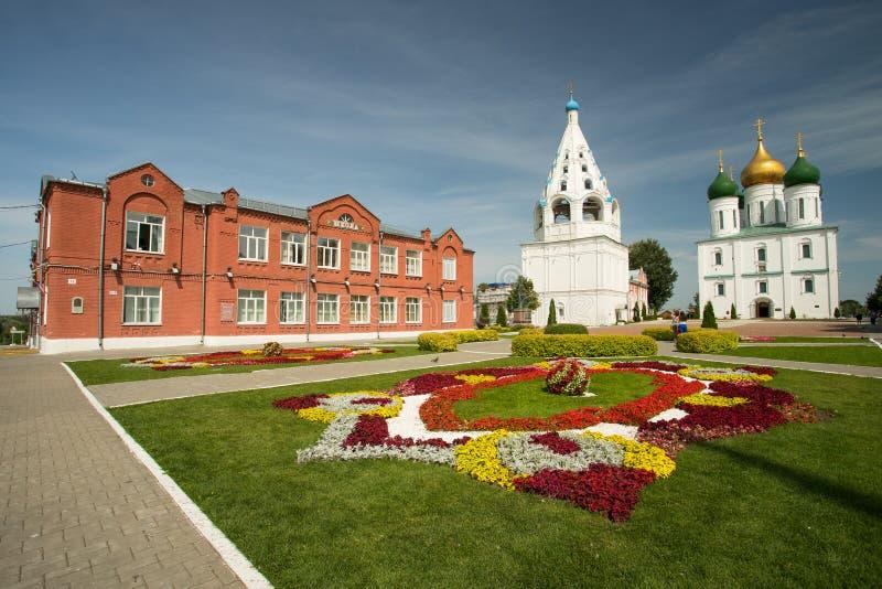 Kolomna, Russland: Ansicht über Schule, Kathedrale der Annahme und Bel stockbilder