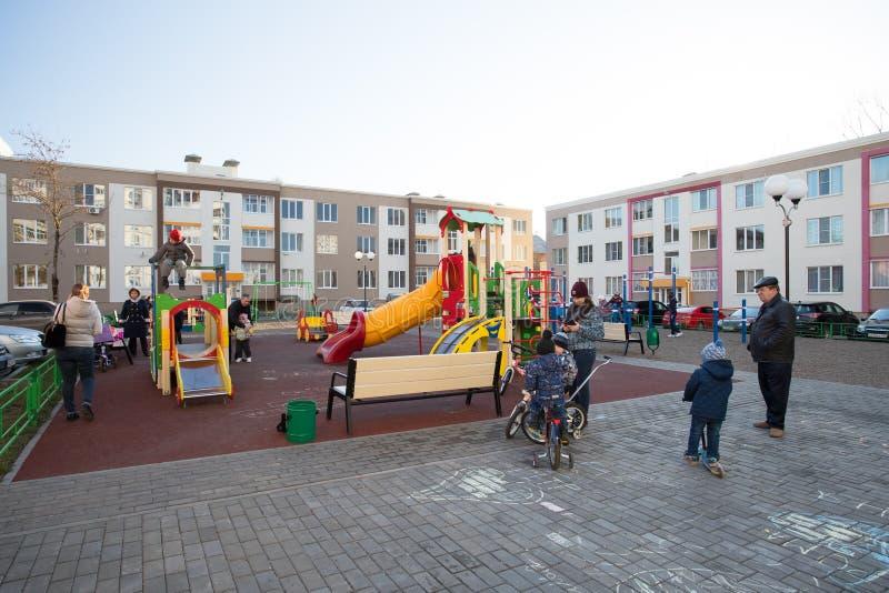 Kolomna Ryssland - April 11, 2018: Barnlek på lekplats under royaltyfria foton