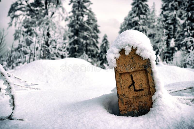 Kolomteken met sneeuw wordt behandeld die royalty-vrije stock foto's