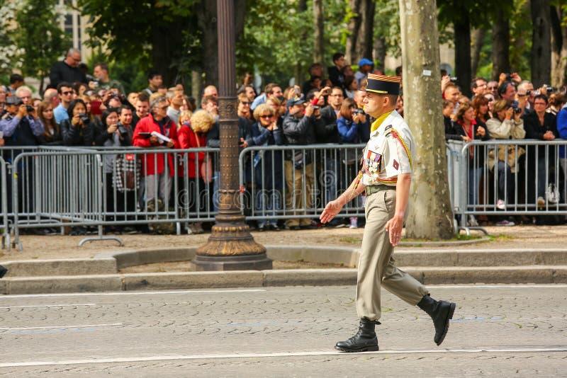Kolonel in Militaire parade (vervuil) tijdens plechtig van Franse nationale dag, het ave van Champs Elysee royalty-vrije stock foto's
