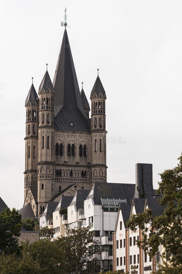 KOLONIA NIEMCY, WRZESIEŃ, - 11, 2016: Kolorowi domy w Bawarskim stylu i romańszczyzna kościół katolickiego ` Zarabiają Sankt Mart obrazy royalty free