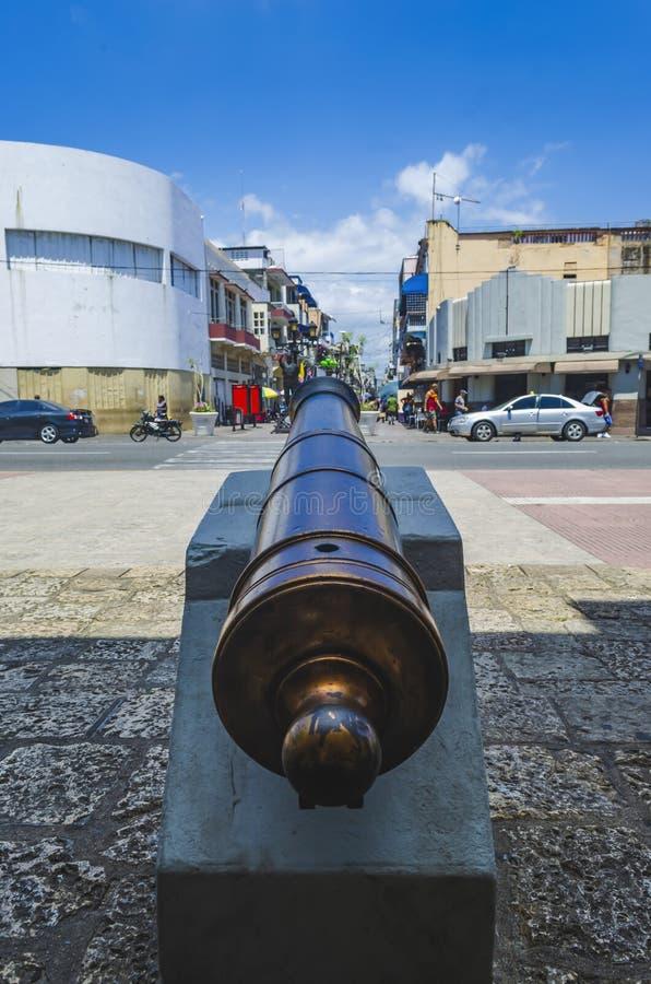 Koloniaal kanon bij de ingang van de Conde-poort in de koloniale streek van Santo Domingo stock afbeeldingen