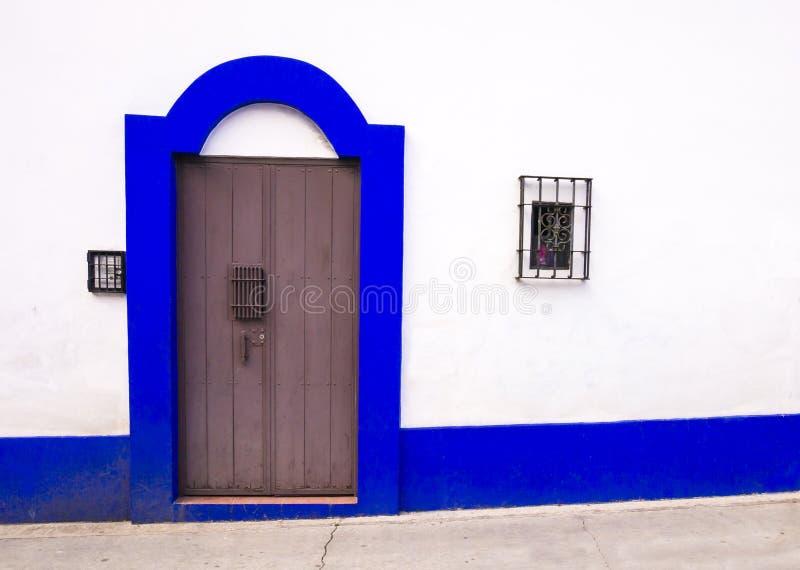 Kolonial dörr i San Cristobal de Las Casas, Chiapas, Mexico royaltyfri foto