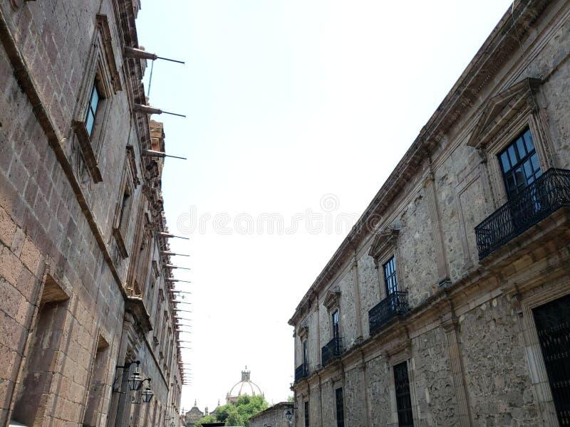 kolonial stilarkitektur i staden av Morelia, Mexico arkivbild