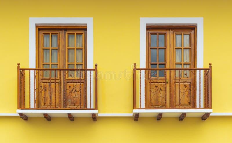 Kolonial stilbalkong Windows i Cuenca, Ecuador fotografering för bildbyråer
