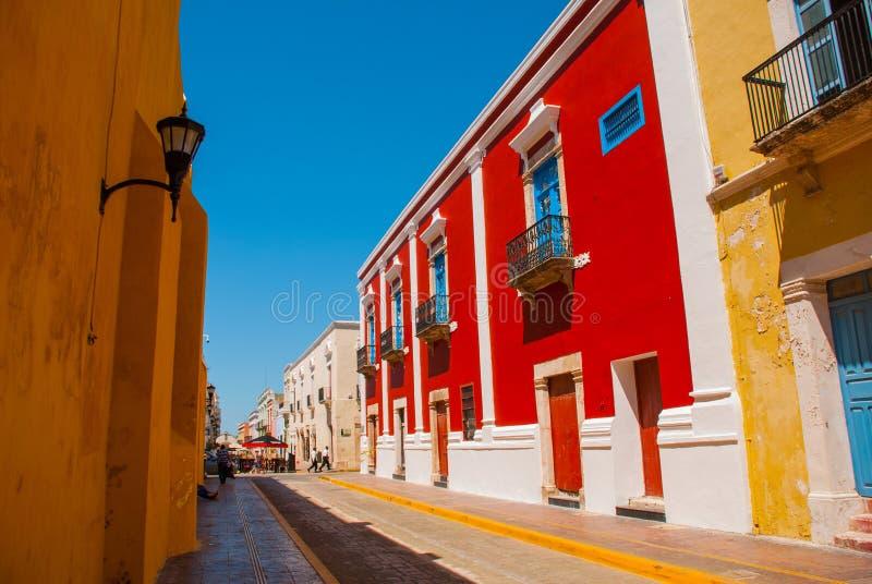 Kolonialarchitektur in San Francisco de Campeche, Mexiko Straße mit bunten Fassaden von Häusern stockbild