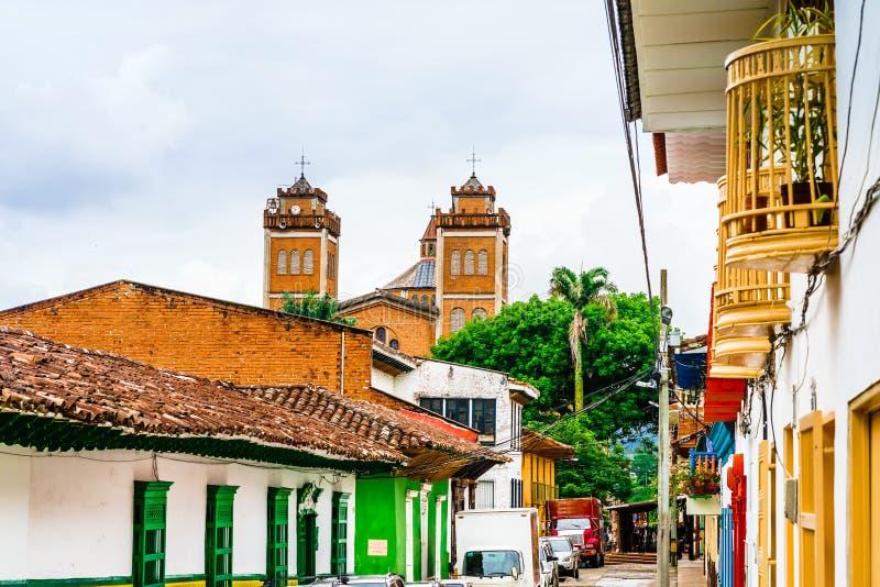 Kolonialcentrum och kyrka i centrum av Jerico i Colombia royaltyfri fotografi