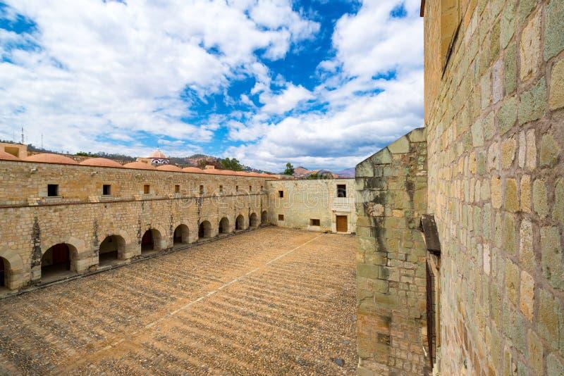 Koloniale Binnenplaats in Oaxaca stock foto