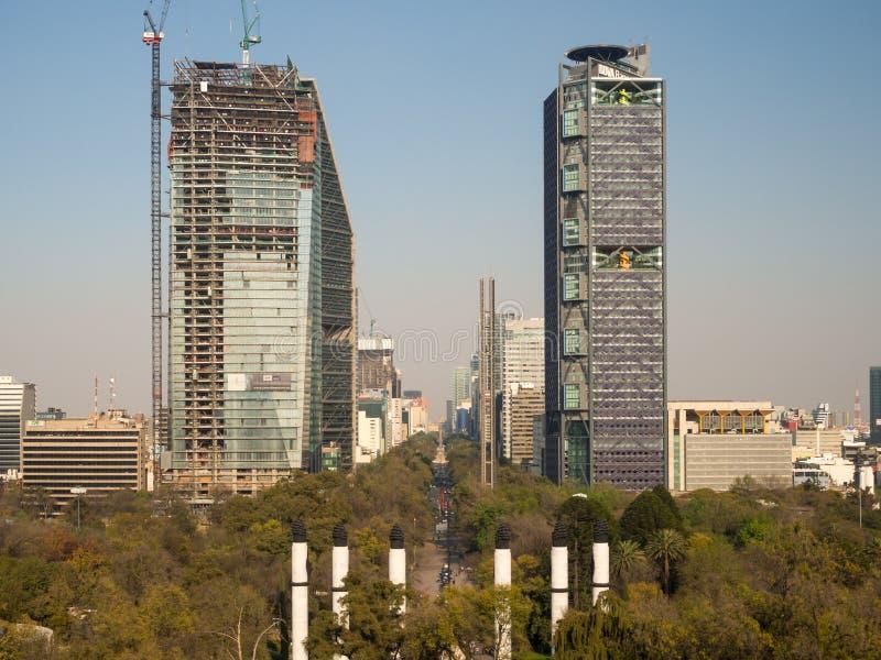 Koloniale Chapultepec-Kasteelmeningen van Mexico-City, heuvel, park, gebouwen stock fotografie