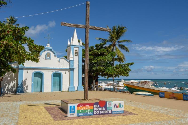 Koloniale kerk van hoofdzakelijk vierkant in het Praia do Forte strand, Brazilië stock foto