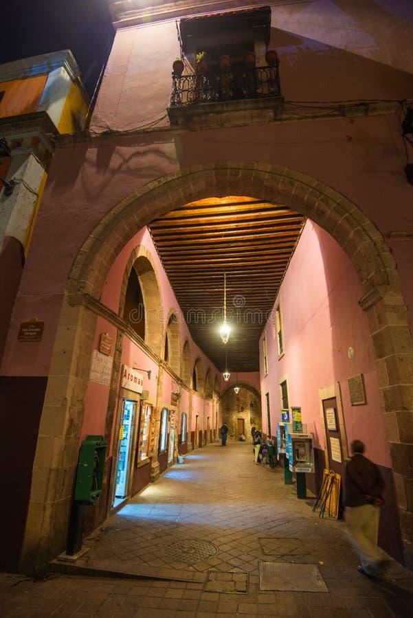 Koloniale smalle straattunnels bij nacht in Guanajuato van zilveren mijnbouwgeschiedenis, Amerikaans Mexico, royalty-vrije stock foto's