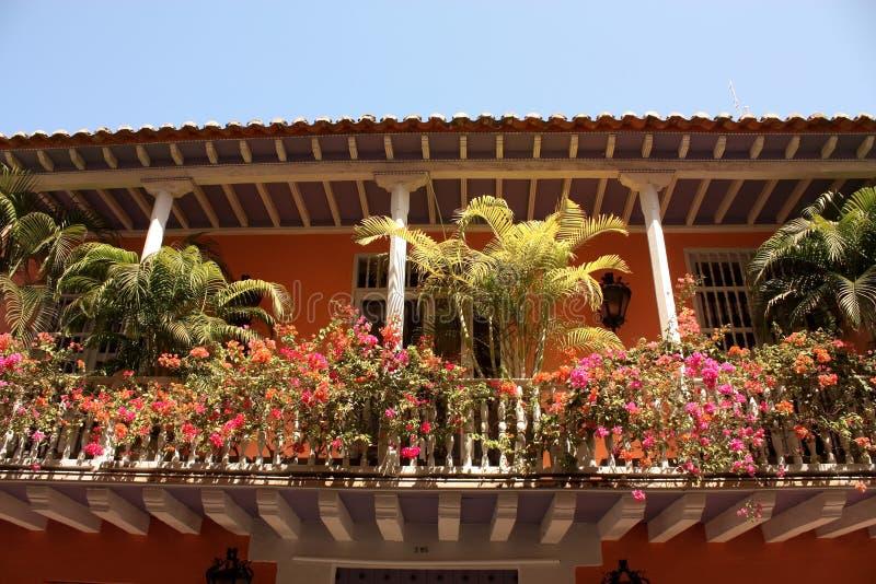 Kolonialhaus. Balkon mit Blumen und Anlagen lizenzfreie stockfotos