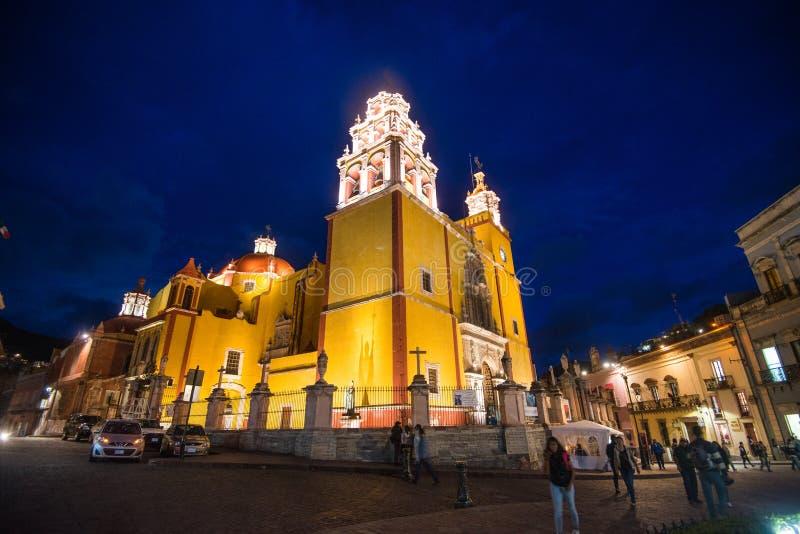 Kolonialkathedrale und Kirche nachts in Guanajuato, Mexiko, Amerikaner stockfotografie