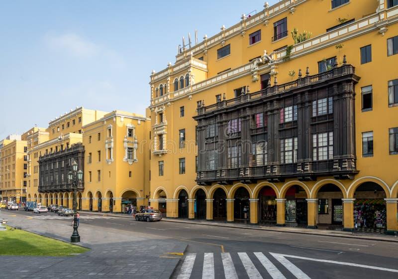 Kolonialny Żółty budynek z balkonami w w centrum Lima mieście blisko placu Mayor - Lima, Peru zdjęcia stock