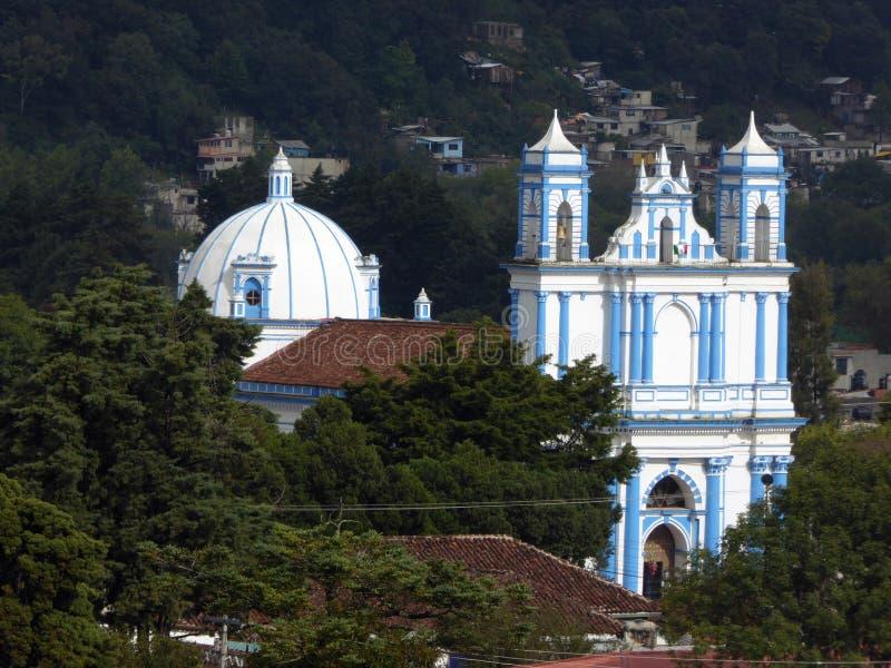 Kolonialny Błękitny kościół w San Cristobal De Las Casas zdjęcia stock