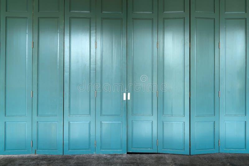 Kolonialny stary budynku styl rocznika drewniany drzwi przy Tajlandia zdjęcie stock