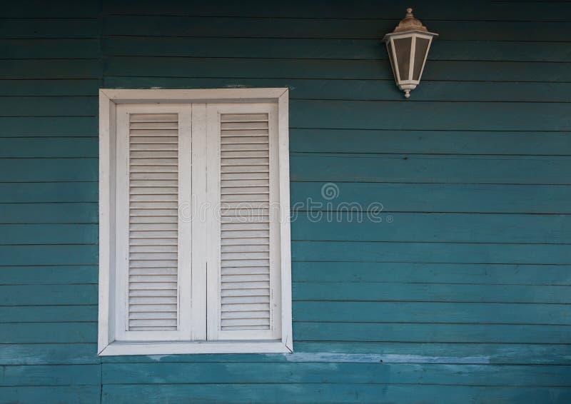 Kolonialstil Weißes Fenster auf hölzerner Wand stockfotografie
