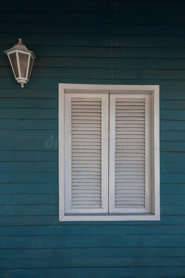 Kolonialstil Weißes Fenster auf waldiger Wand stockbild