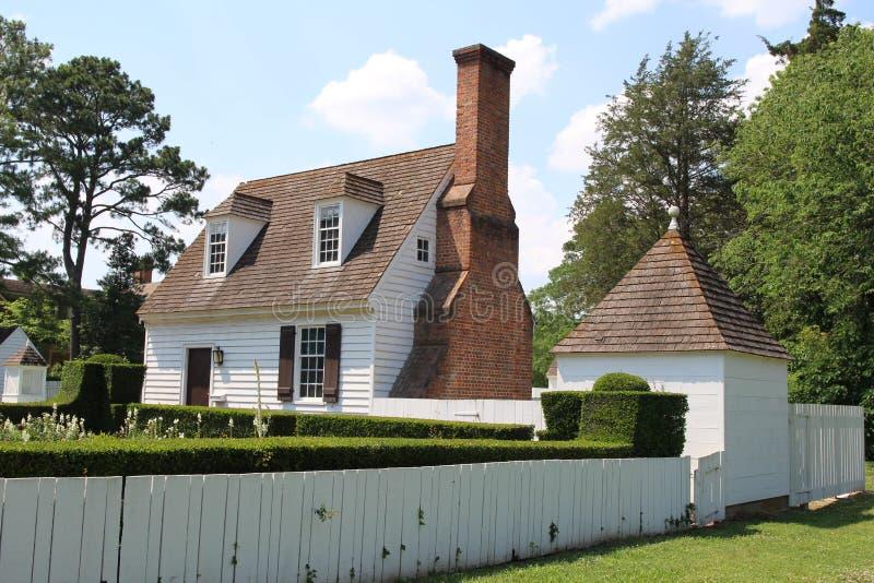 Kolonialstilhaus mit Garten gegen blauen Himmel lizenzfreies stockbild