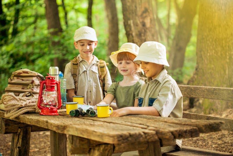 Kolonier spanar barn som campar i natur arkivfoto