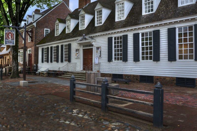 Koloniinvånare Williamsburg Raleigh Tavern på skymning arkivfoton