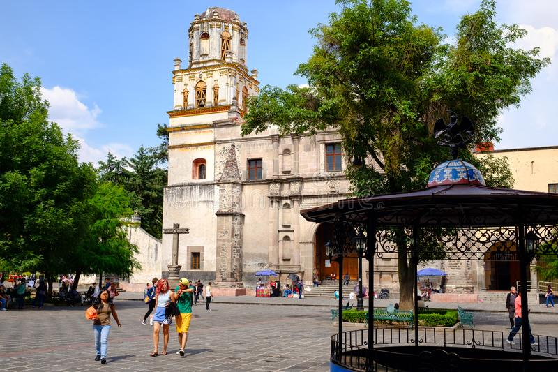 Koloniinvånarekyrka på den historiska grannskapen av Coyoacan i Mexico - stad fotografering för bildbyråer