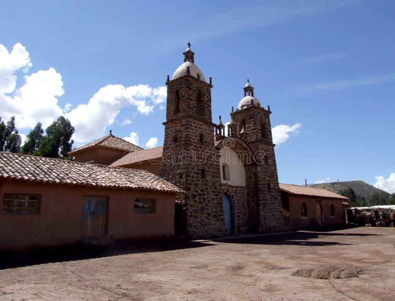 Koloniinvånarekyrkan i den San Pedro byn nära Raqchi fördärvar arkivfoto