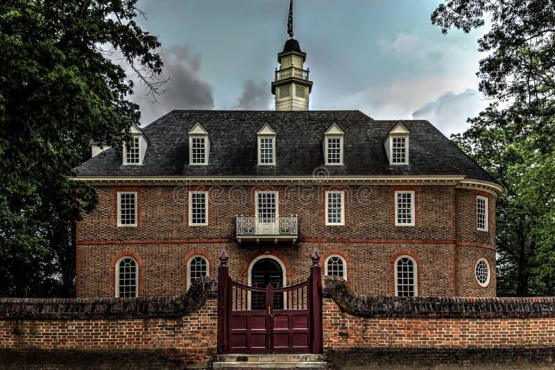 KoloniinvånareWilliamsburg Kapitolium på skymning arkivbilder