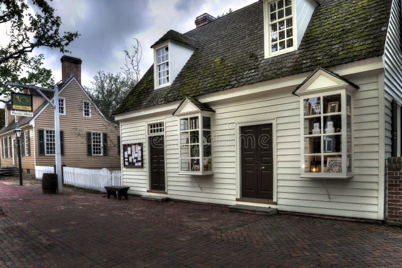 KoloniinvånareWilliamsburg stolpe - kontor på skymning royaltyfri fotografi