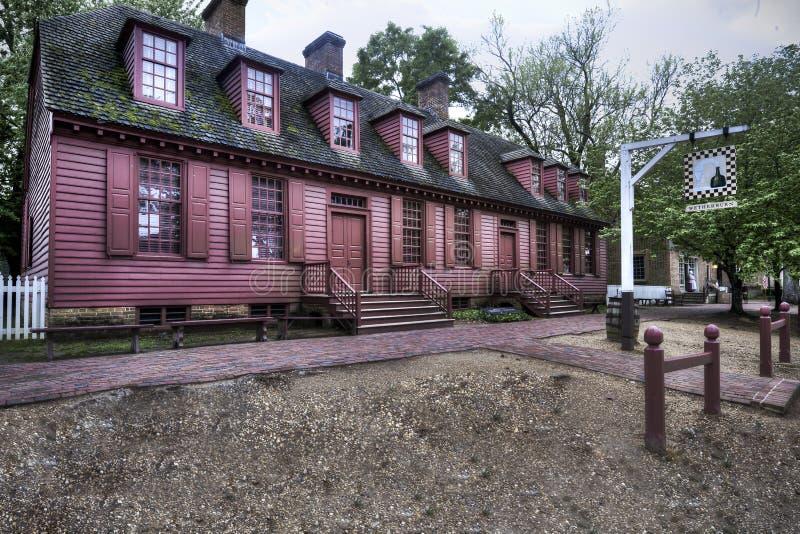 KoloniinvånareWilliamsburg Wetherburn krog på skymning royaltyfria foton