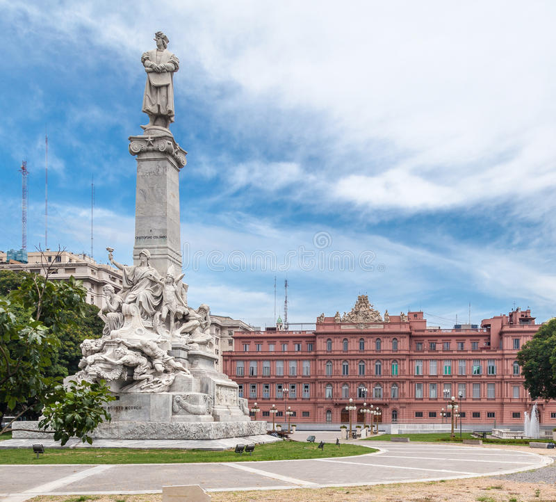 Kolonmonument och Casa Rosada royaltyfri bild