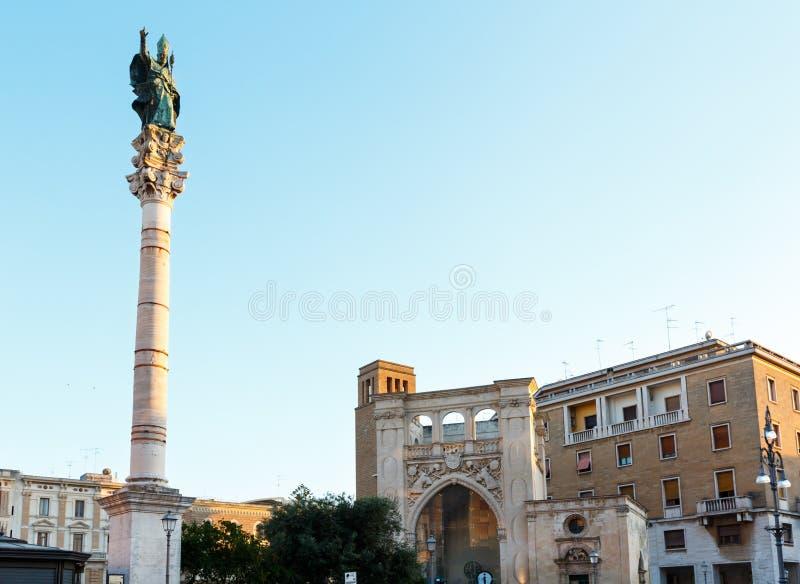 Kolonn av helgonet Orontius i den Sant Oronzo fyrkanten, Lecce, Italien arkivfoto