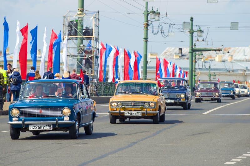 Kolonn av sovjetiska bilar ?Zhiguli ?Lada arkivfoto