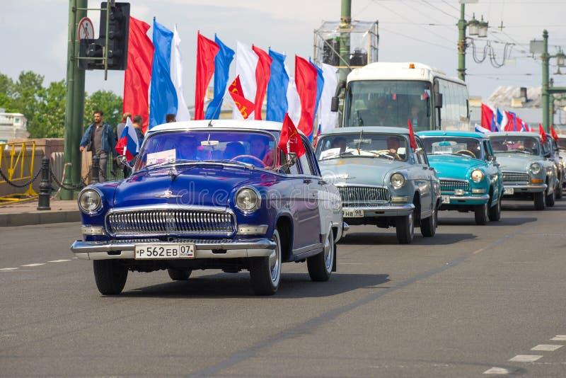 Kolonn av sovjetiska klassiska bilar GAZ-21 Volga royaltyfri bild
