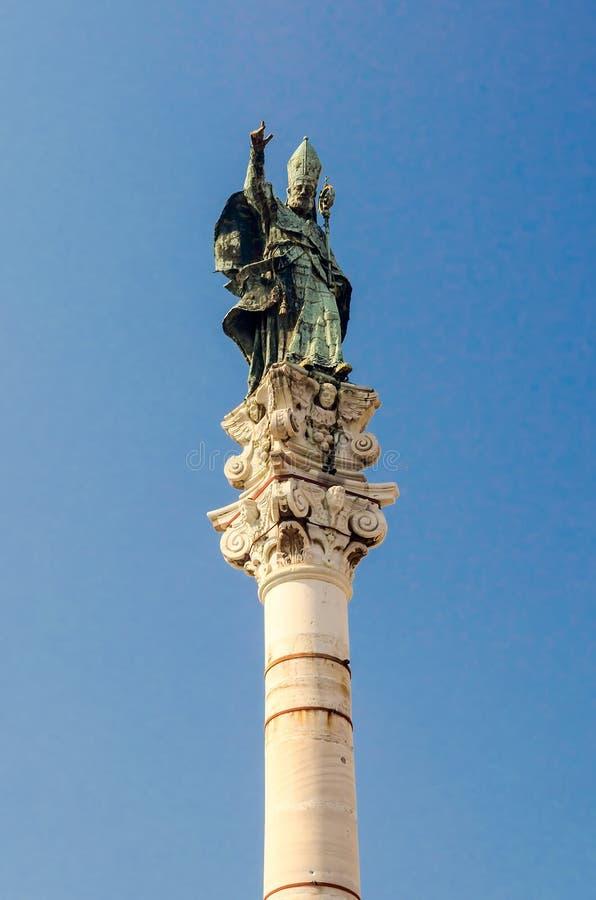 Kolonn av statyn för St Oronzo i Lecce, Salento, Italien fotografering för bildbyråer