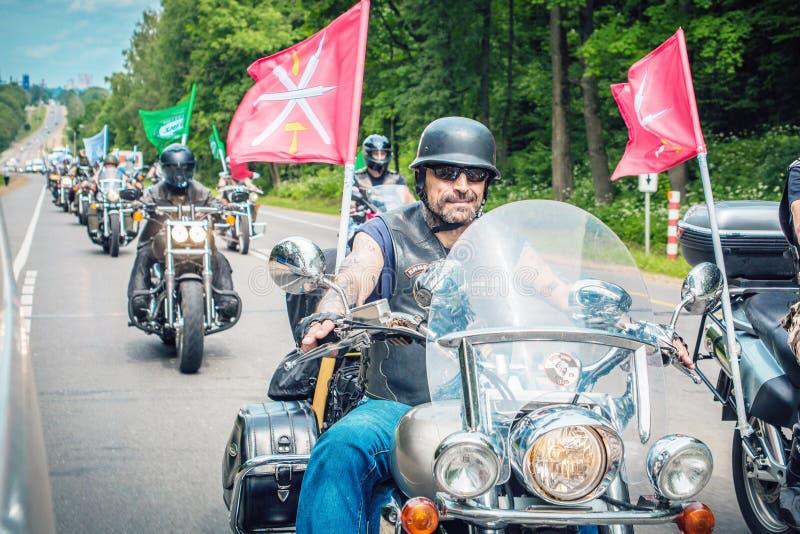Kolonn av tilldelade cyklister royaltyfri bild