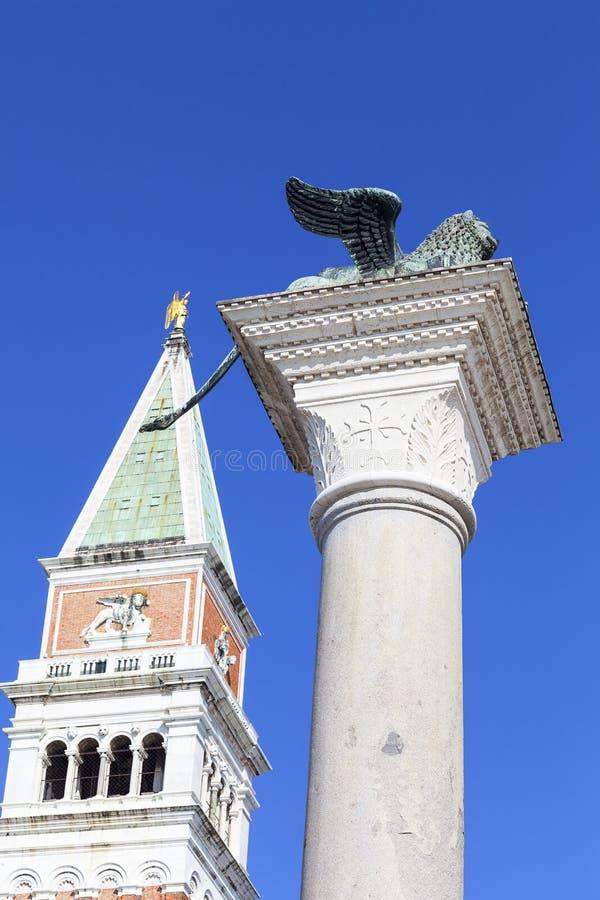 Kolonn Campanile av för San Marco och St Mark ` s på piazza San Marco, Venedig, Italien arkivfoton