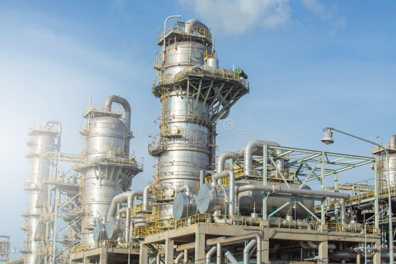 Kolonn-, kolonntorn och värmeExchanger i gasavskiljandeväxt arkivbild