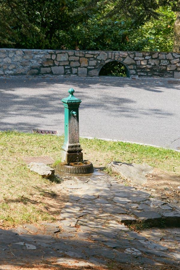 Kolonn med dricksvatten längs den slingrande vägen Bergamo Italien royaltyfri fotografi