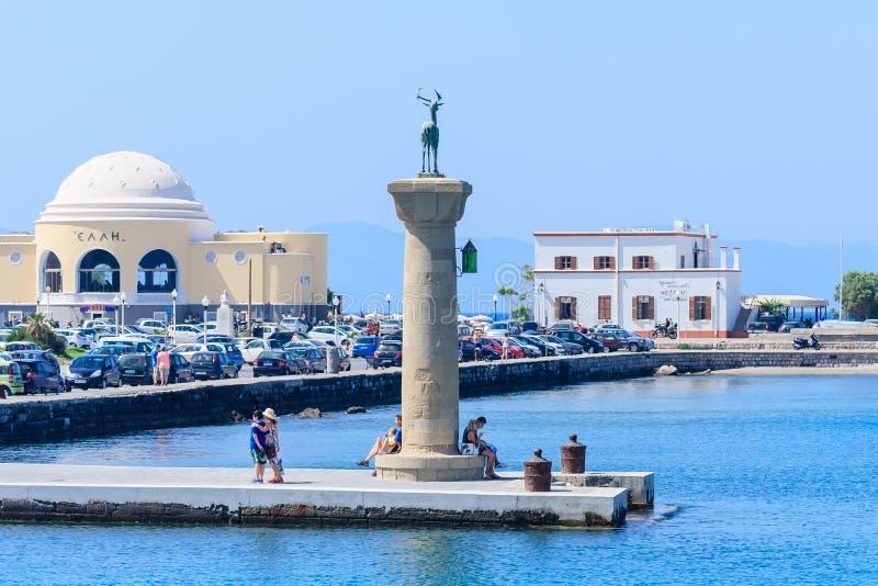 Kolonn med en staty av en hjort Port av Mandraki Rhodes ö Grekland arkivfoto