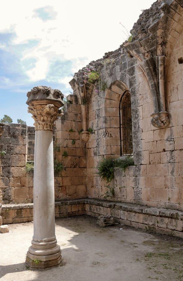 Kolonn och detaljer av den Bellapais abbotskloster, turkiska Cypern arkivbild