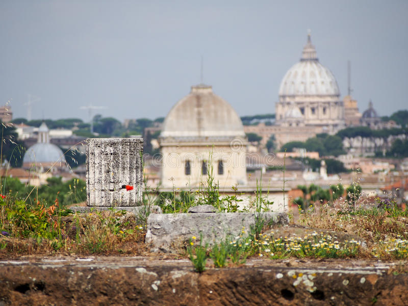 Kolonn och kupoler Rome Italien arkivbild