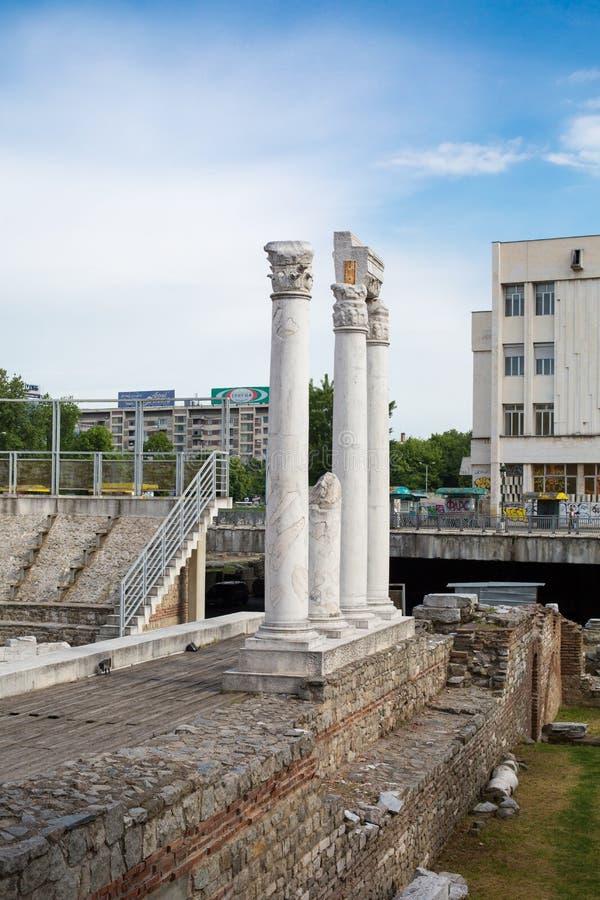 Kolonn på antikt forum med Odeon i Plovdiv, Bulgarien royaltyfria bilder