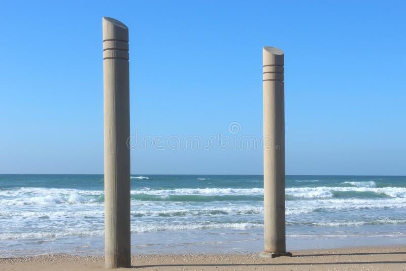 Kolonn på stranden arkivbild