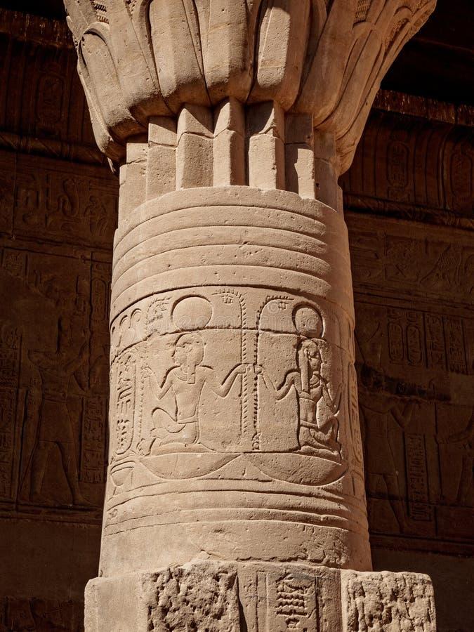 Kolonn som dekoreras med forntida hieroglyf på den Philae templet i Aswan Egypten arkivfoton