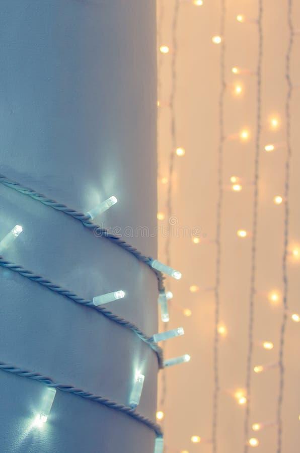 Kolonn som slås in med girlanden, nytt års dekor arkivfoto