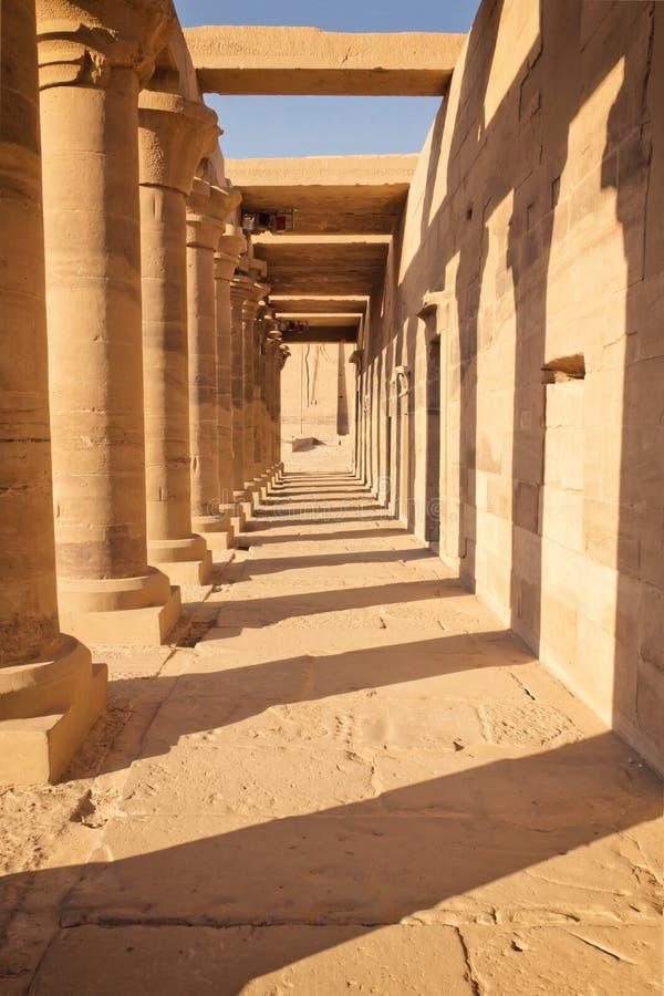 Kolonnad av forntida kolonner på den Philae templet Egypten royaltyfri bild