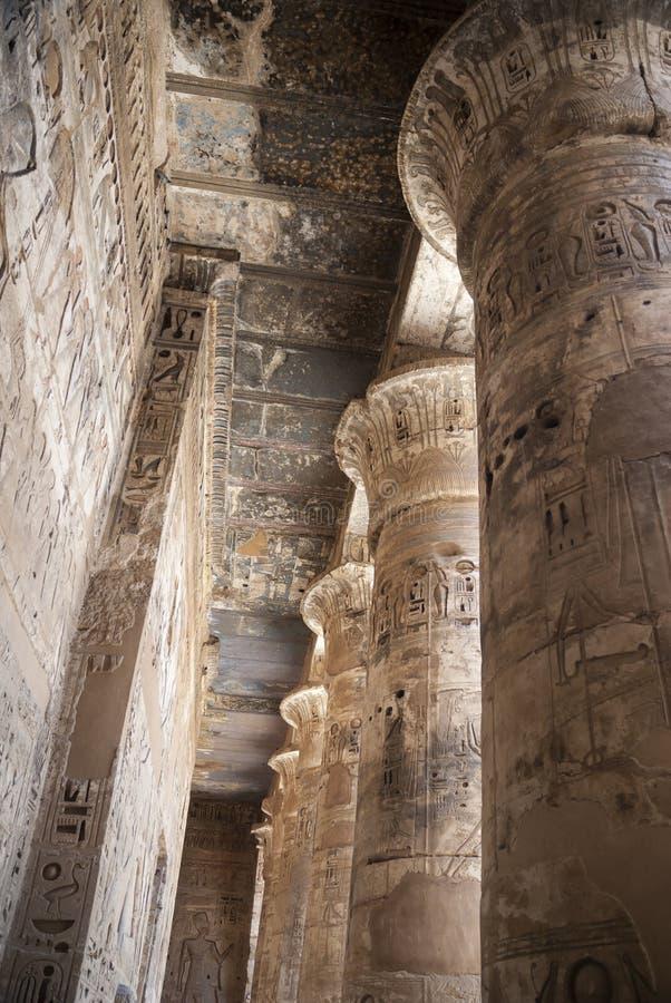 Kolonnad av templet med hieroglyferfärg i Egypten arkivfoton